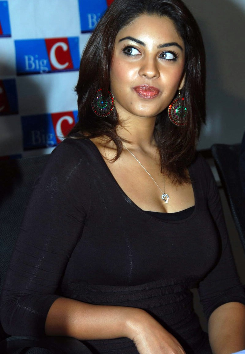 Richa Gangopadhyay Hot Cleavage in Black dress Pics