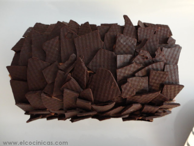 Tronco de chocolate, pera y mousse de chocolate
