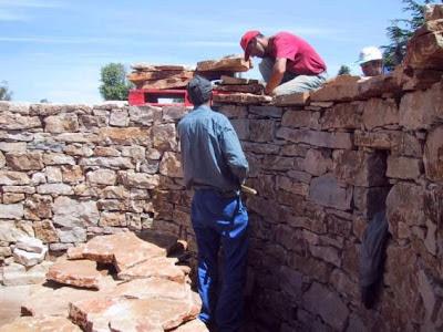 El maestro de obras xavier valderas construir un muro de - Colocar piedra en pared ...