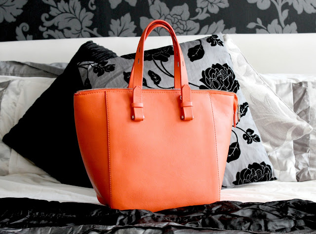 Whats in my bag, Whats in the handbag, Whats in my bag beauty blog, UK Beauty Blog, Orange Zara Mini Shopper Handbag