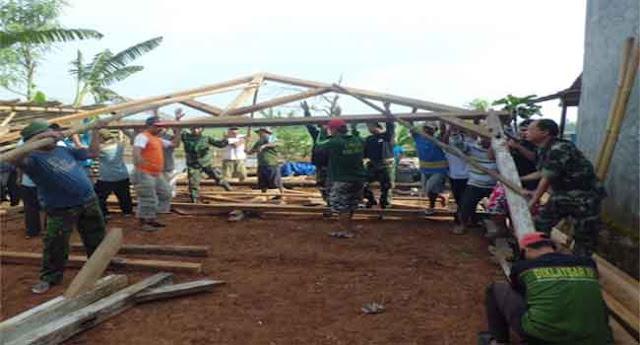Koramil Bersama Masyarakat Rehab Rumah Korban Putting Beliung