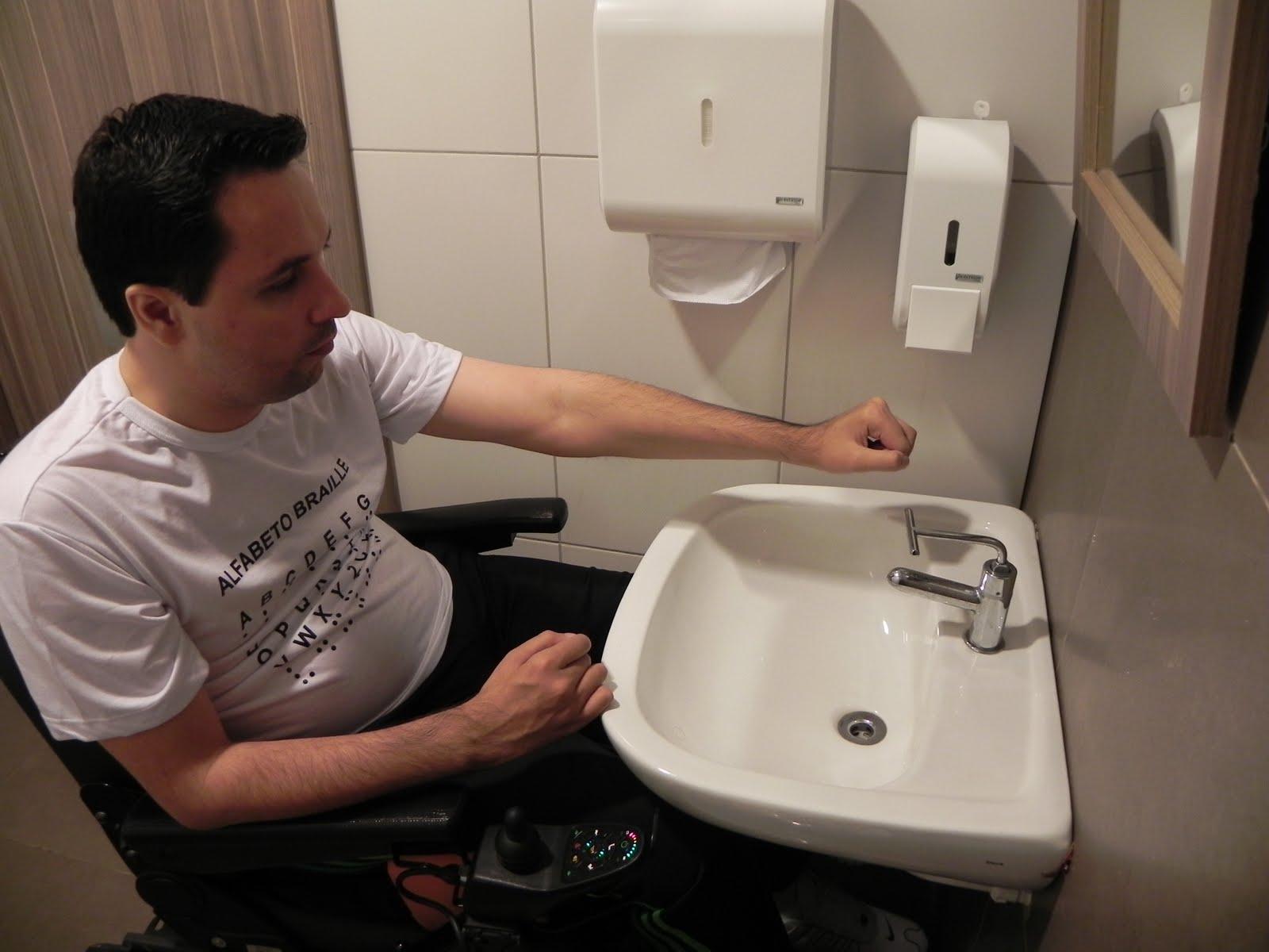 superfície do piso do sanitário é regular firme e antiderrapante  #8A5641 1600x1200 Banheiro Acessivel Com Pia