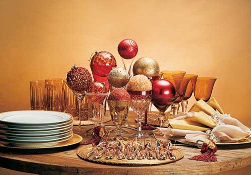 Taças com bolas de natal, para uma mesa de serviço americano, ou