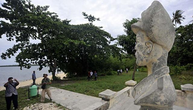 Sejumlah pengunjung mengamati monumen Jenderal Douglas Mc Arthur di pulau Zum Zum, Morotai, Maluku Utara, (6/6). Monumen tersebut dibangun sebagai napak tilas keberadaan panglima perang sekutu, Jenderal Douglas Mc Arthur yang menjadikan pulau tersebut sebagai tempat persembunyian pada Perang Dunia II. ANTARA/Prasetyo Utomo