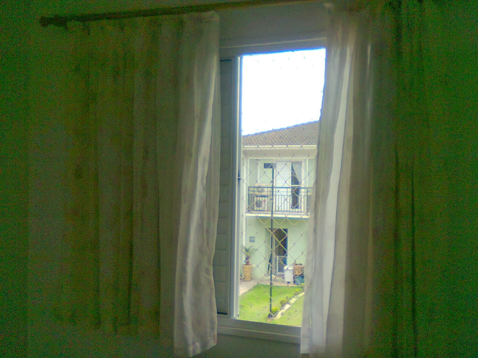 #2F4615 janela de aluminio  com vidros na cor branca com tela de proteção  1694 Janela De Aluminio Na Cor Branca