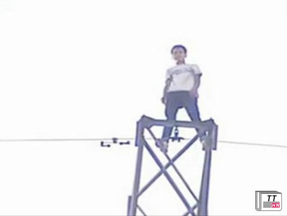 Liu đứng trên đỉnh cột điện cao 40m.