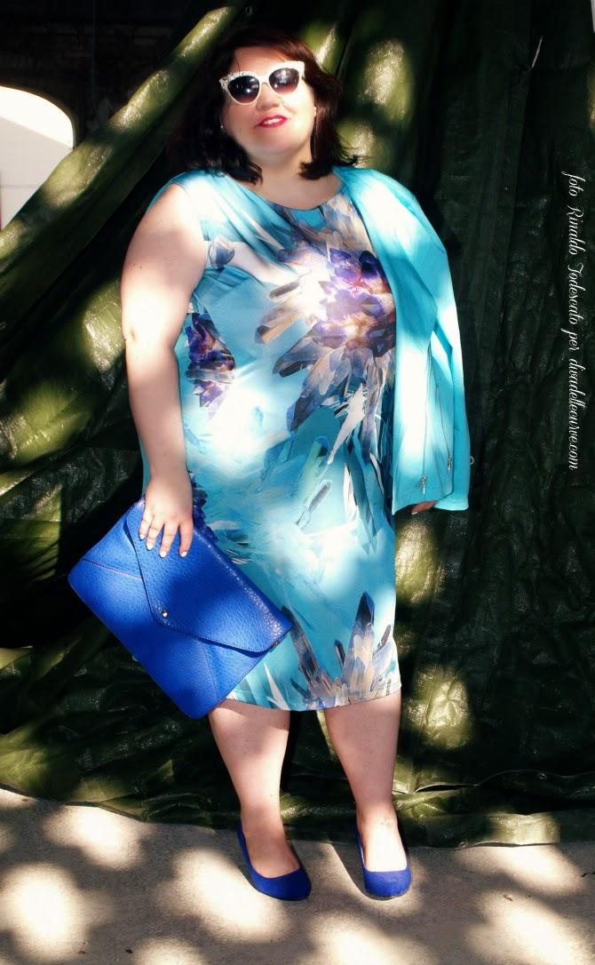 outfit plus size con abito azzurro stampa cristalli di mina gamboni
