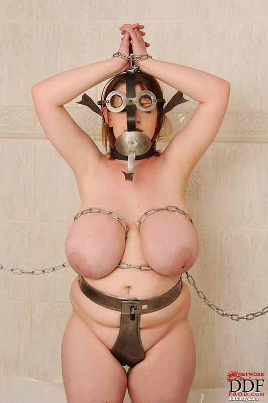 jolie BBW nue avec appareil de chasteté