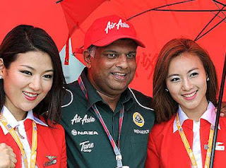 Tony Fernandes poses with Air Asia grid girls