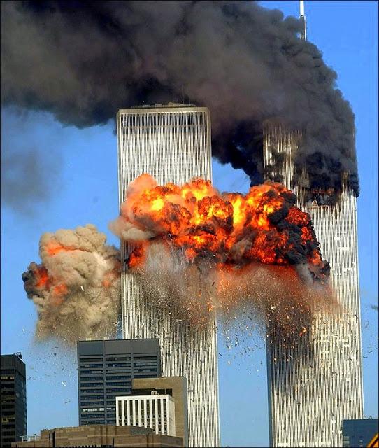 O MOMENTO TRÁGICO NA SEGUNDA TORRE GÊMEA EM NOVA YORK DOS ATENTADOS DE 11 DE SETEMBRO DE 2001