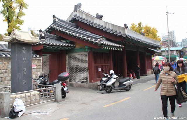 Puerta de entrada al santuario Dongmyo