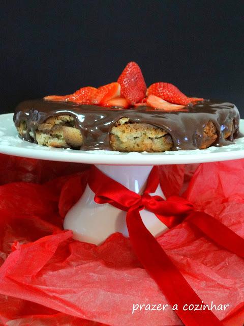 prazer a cozinhar - bolo de avelã com chocolate e morangos