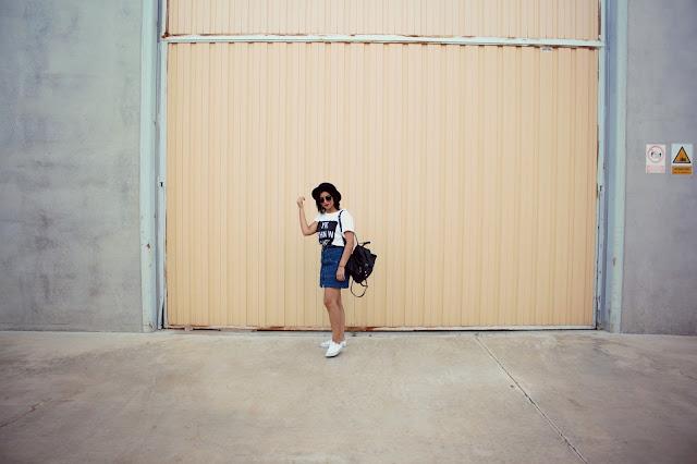 falda tejana con botones-camiseta oversize-converse-sombrero-mochila