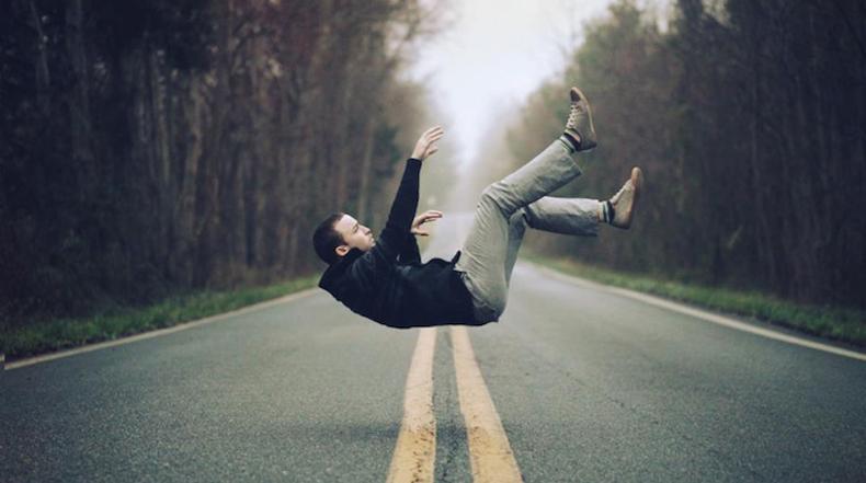 Humanos levitanndo desafian a la gravedad por Bairon Rivera