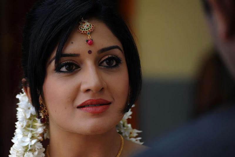 Vimala Raman Cute Saree Photos In Kulumanali Movie Stills glamour images