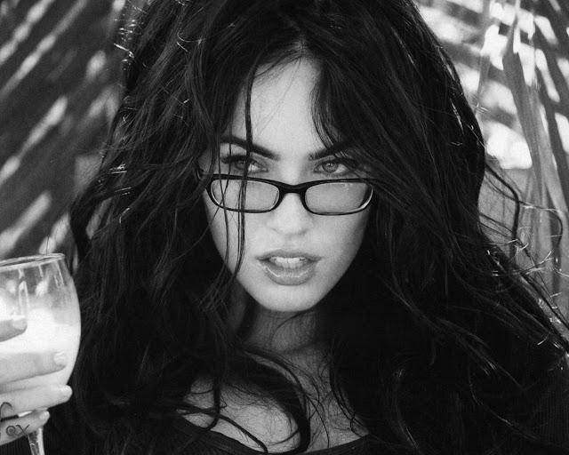 чёрно-белое фото Меган Фокс в очках