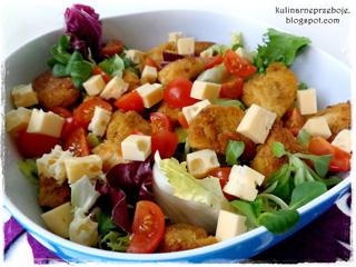 Sałatka z nuggetsami, rukolą, serem i pomidorkami z sosem musztardowym