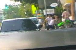 โหดรุมกระทืบวิศวกร ขี่รถจักรยานยนต์โดนกระบะปาดหน้า (News)