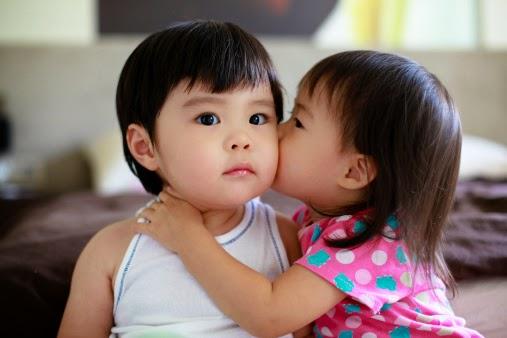 Gratis gambar bayi berciuman unik