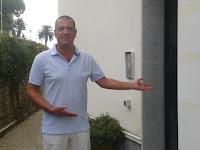 Ralf Limbach vor seiner Praxis in Oneglia
