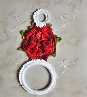 Porta pano de prato com flor de crochê