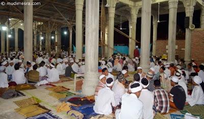 Latihan zikir dalam masjid.