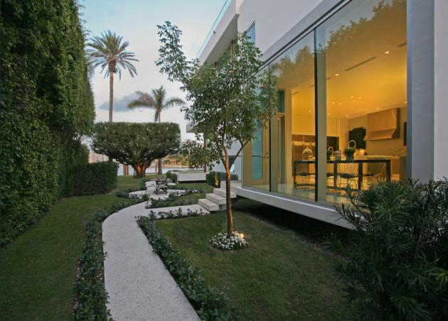 Backyard walkways in the Modern Villa by Touzet Studio