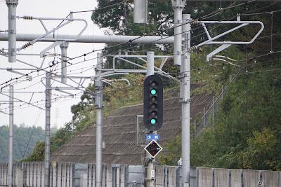 高速進行を表示する成田湯川駅構内六灯式信号機