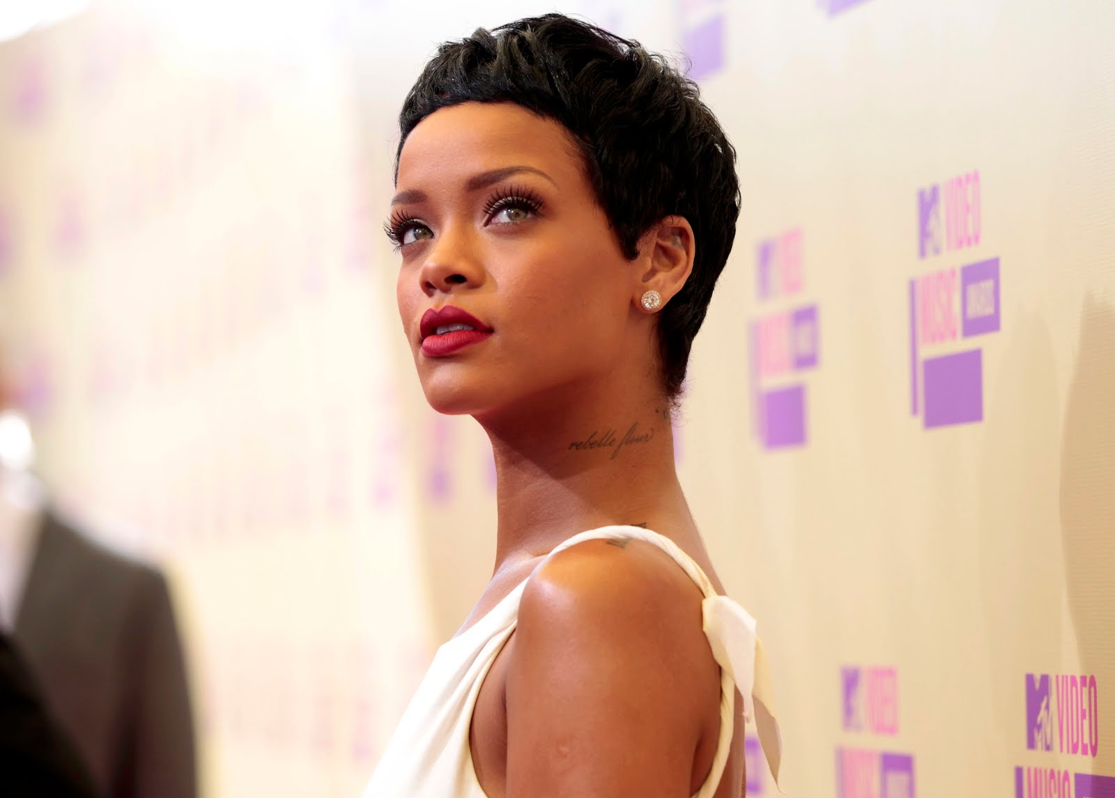 http://3.bp.blogspot.com/-2a4fhJX_PZs/UElOlldNLeI/AAAAAAAAMqg/5-ESaUSPFmg/s1600/Rihanna-en-MTV-Video-Music-Awards-2012-2.JPG