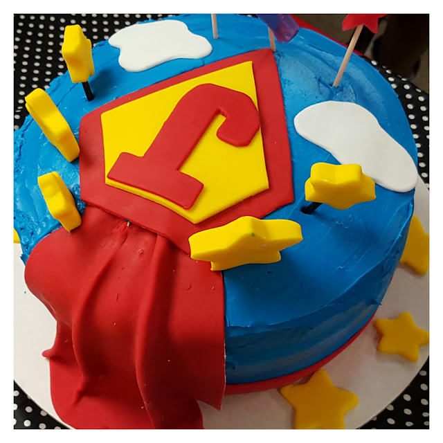 diy superhero table food ideas, superhero party decorations, superman cake design, eventsojudith
