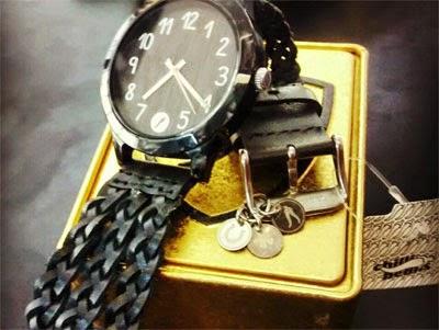 relógio feminino Mandinga com pulseira de couro trançada coleção Manto Sagrado Chilli Beans