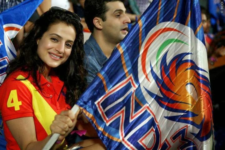 Amisha Patel supporting mumbai indians in IPL 6