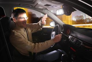 lusterko wsteczne w samochodzie oślepia kierowcę