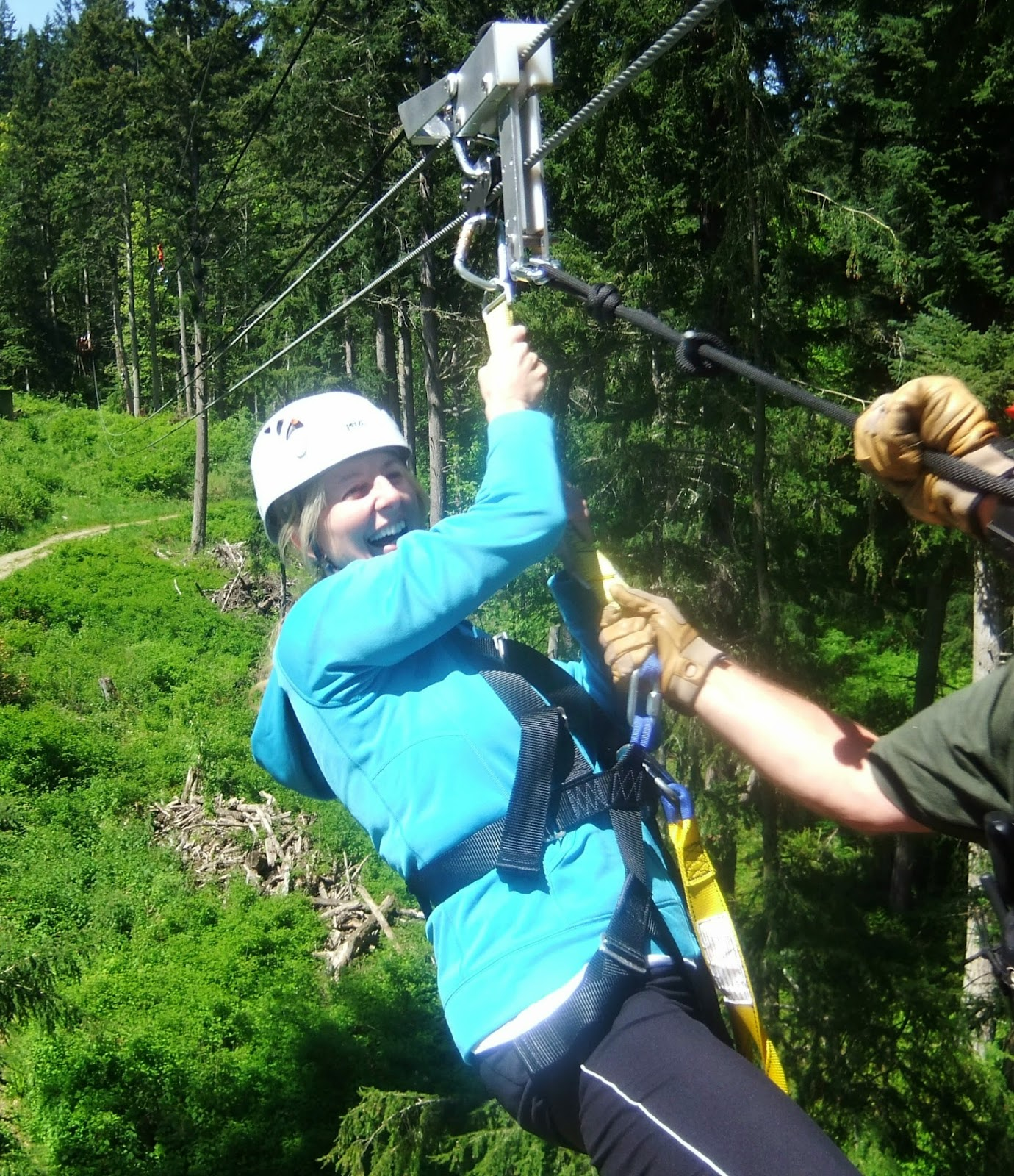 Two teens and their mama be brave and zipline so much fun i absolutely loved the feeling of flying through the air landing on the platform was not easy and there was no way to do it gracefully solutioingenieria Images