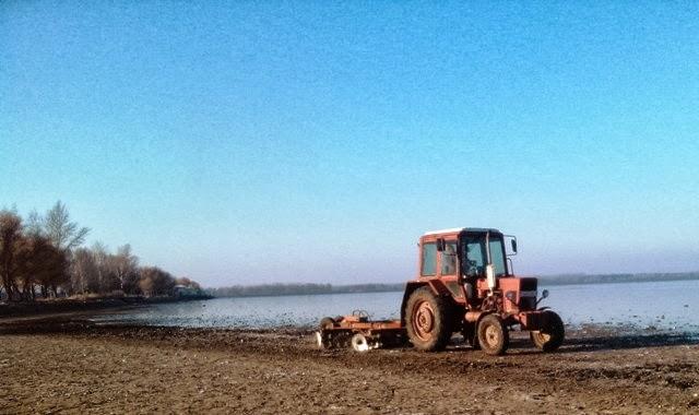 Amint a kép is mutatja, mocsárnak nyoma sincs a mederben, másképpen hogyan húzhatta a mederben a tárcsát a traktor?