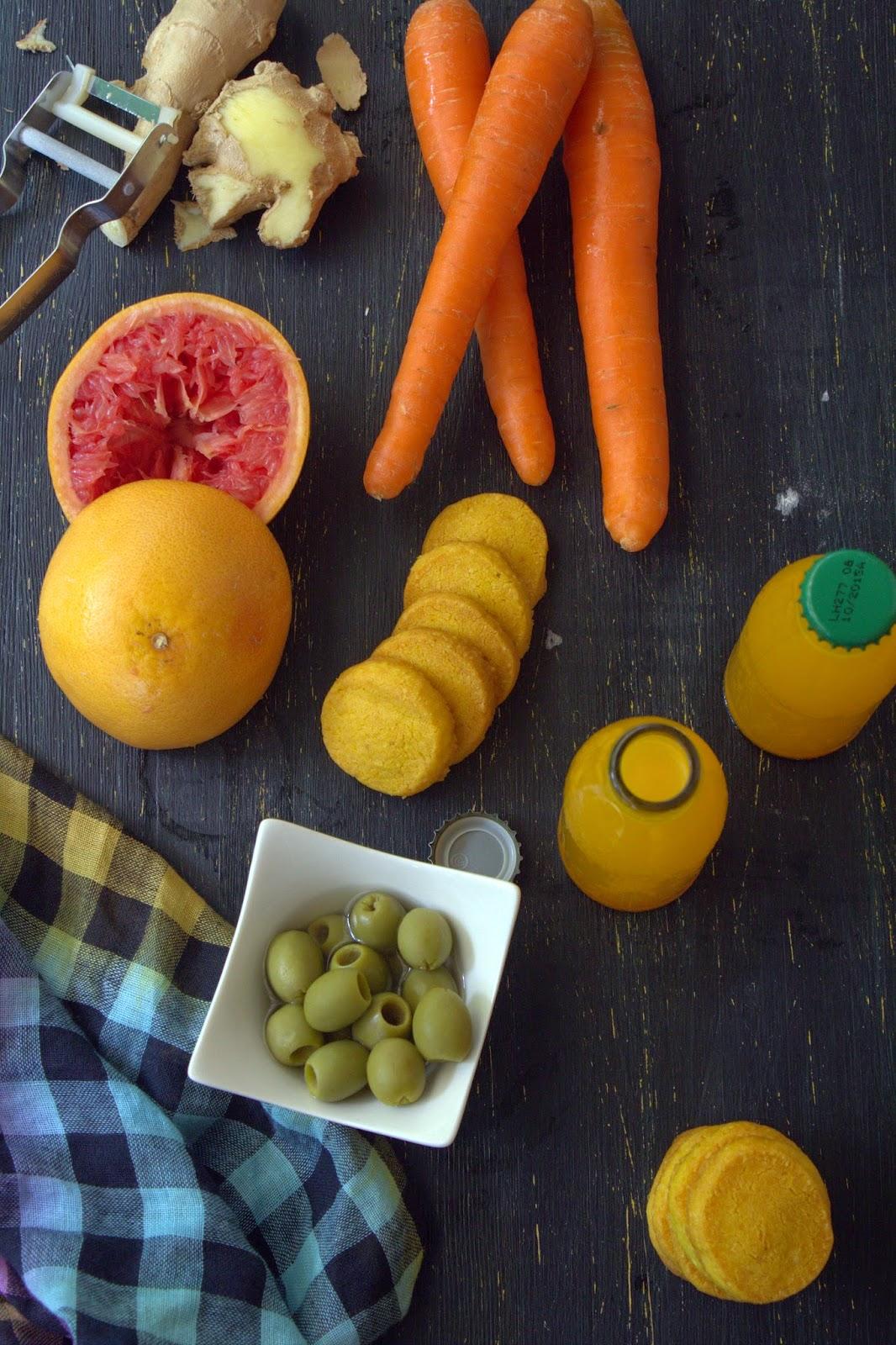 un aperitivo si, ma non il solito! zuppa fredda in calice di carote, pompelmo, zenzero e biscottini al pecorino