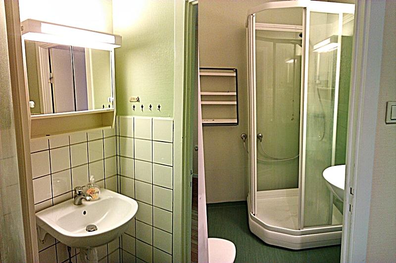 Voilá! Fräscht badrum i vitt, svart och grått!