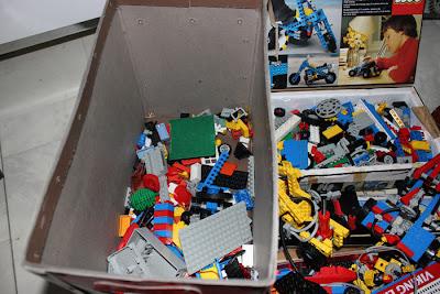 En stor låda med lego. Perfekt för det byggintresserade barnet!