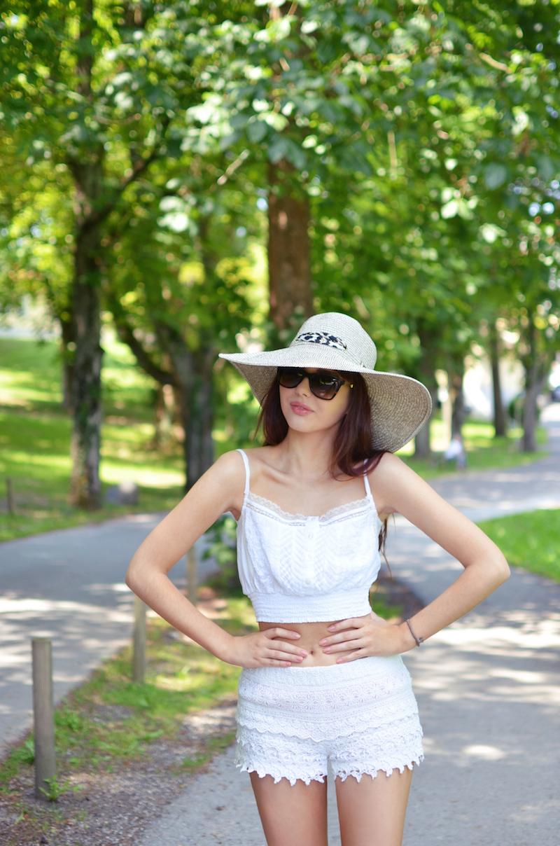 Sommer_Outfit_weiß_white_allover_Crop_Top_Spitzen_Shorts_Hut_Kombinieren_Strandoutfit_ViktoriaSarina