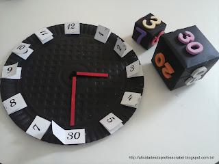 Cubos marcando 3 horas e 30 minutos e no relógio, os ponteiros posicionados no 3 e no 30 (6)
