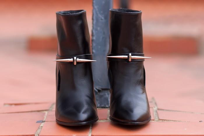 Vista frontal de los Botines con pinchos estilo punk rock con tacón de aguja en cuero negro