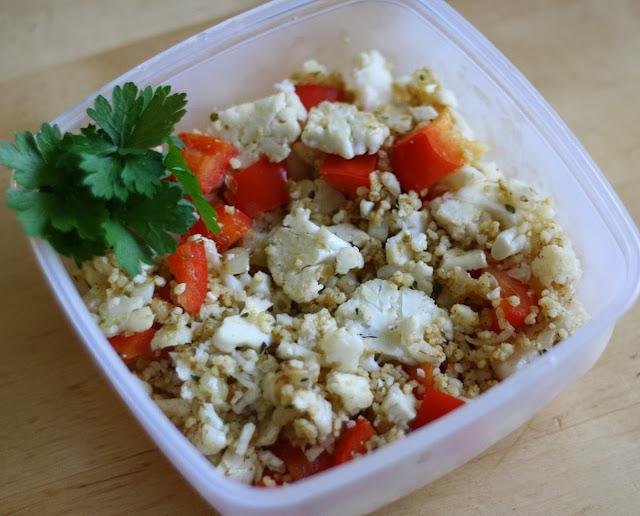 Pracowa sałatka - smażony kalafior, kasza jaglana i dodatki