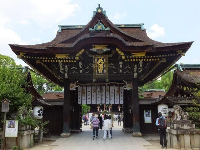 三光門(中門)から本殿に入ると、中央に「茅(かや)の輪」がある。