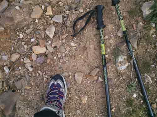 calzado y bastones para caminar