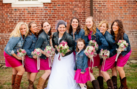 alternative alla stola per la sposa, bride and bridesmaids with denim jacket