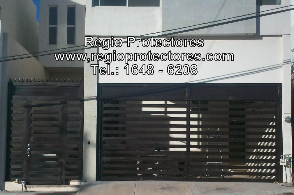 Portón ascendente y pórtico de acceso, Regio Protectores