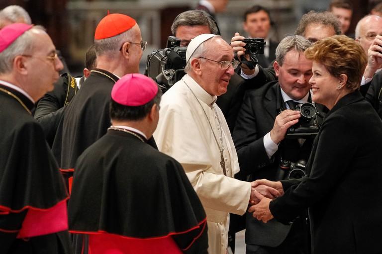 Presidenta Dilma Rousseff cumprimenta o papa Francisco após missa inaugural do pontificado na Praça São Pedro (Foto: Roberto Stuckert Filho/PR)