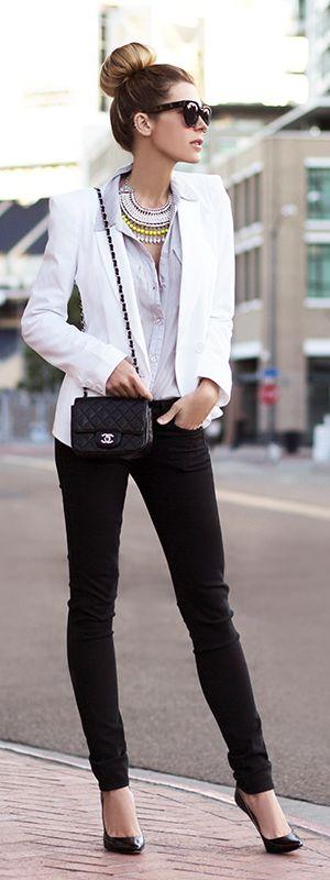 El Blanco y Negro es un estilo eterno, no puedes dejarlo de lado, solo añadele un poco de color y originalidad con los accesorios como este collar.