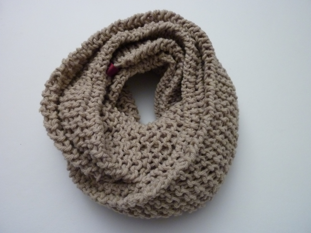 Hemos tejido esta bufanda ovalada para Alba con un punto muy especial ...