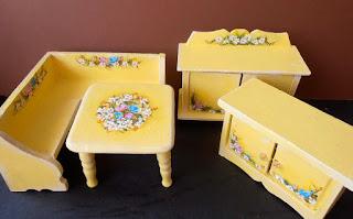 muebles en miniatura pintados a mano